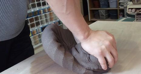 陶芸教室での土練り